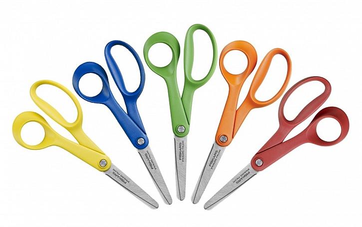 Fiskars myslí na dospělé i dětské leváky a tvoří pro ně stylové nůžky, které jim perfektně padnou do ruky.