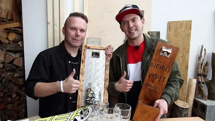 S Láďou Hruškou si vyrobíte podnos na nápoje i originální otvírák na láhve