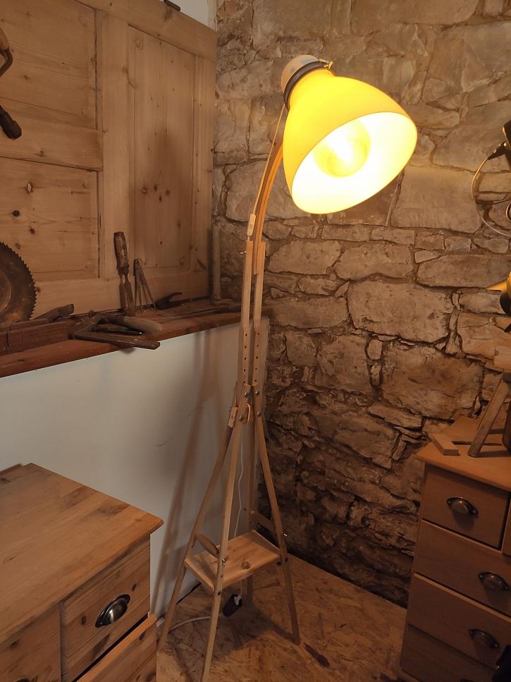 Vyrobte si ze starých dřevěných berlí originální lampu (Zdroj: HobbyPRstudio)