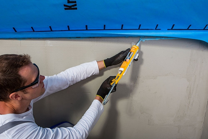 Fólie Homeseal LDS k přiléhajícím stěnám dotěsňujeme pomocí tmelu na parozábrany Homeseal LDS SOLIMUR.