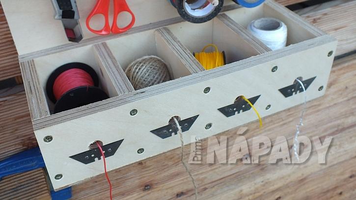 Stojánek na pásky a provázky: do přední strany spodního boxu vyvrtáme otvory na provázky