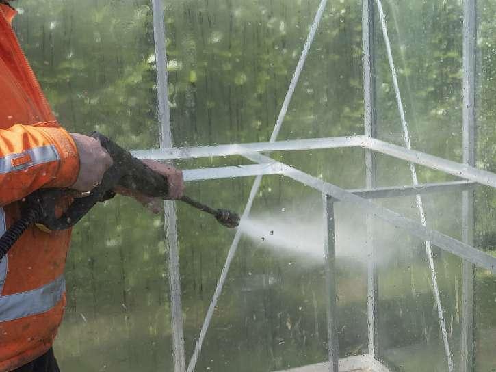 Potom, co umyjete velké plochy skleníku, vrhnout byste se měli i na jejich rámy. I ty potřebují pořádně vydrbat a následně opláchnout vodou z hadice