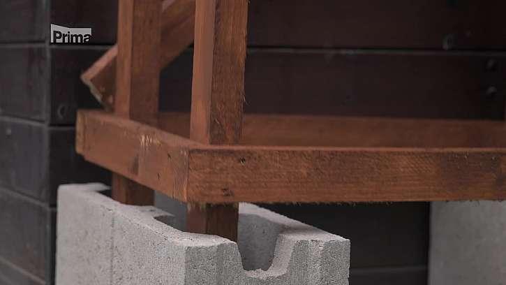 Usazení dřevníku do betonových obrubníků.
