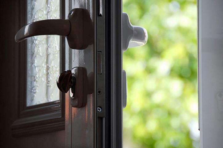 Únik tepla pod dveřmi vás může přijít draho (Zdroj: Depositphotos)