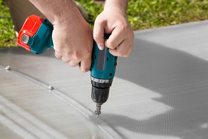 Plné desky se ke konstrukci připevňují pomocí nerezových šroubů