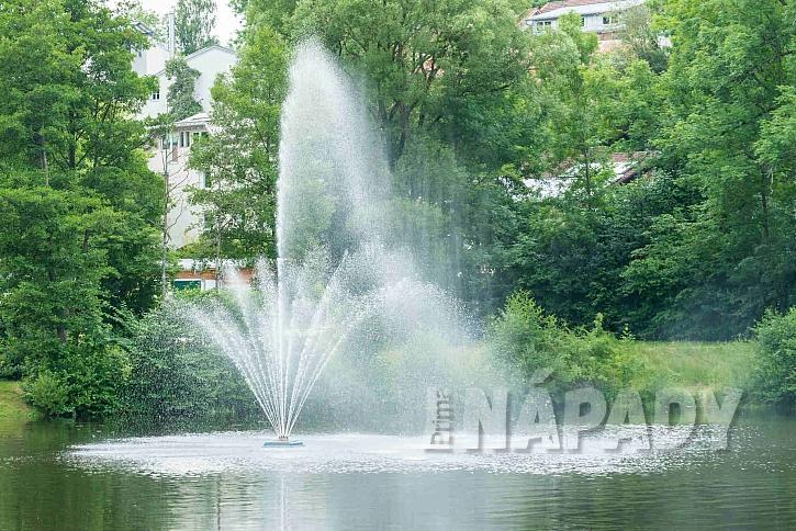 Vodní fontána v jezeře