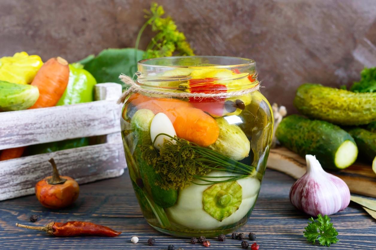 Nakládaná zelenina v pikantním nálevu: Okurky, cuketa ipatison vjedné sklenici
