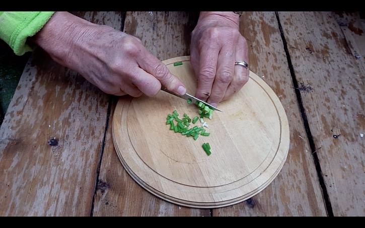 Odstraňování pacibulek česneku