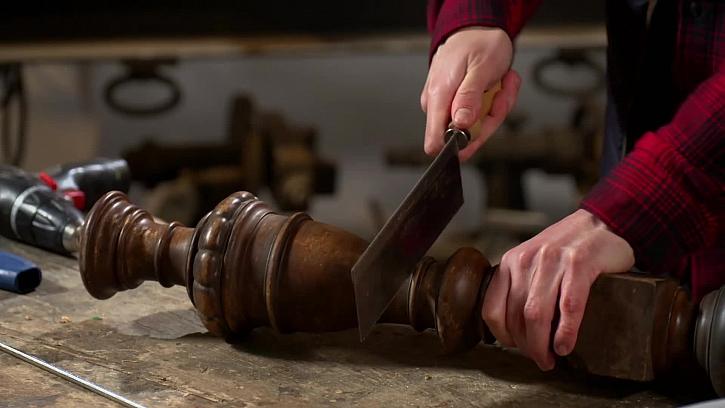 Řezání dřevěné nohy