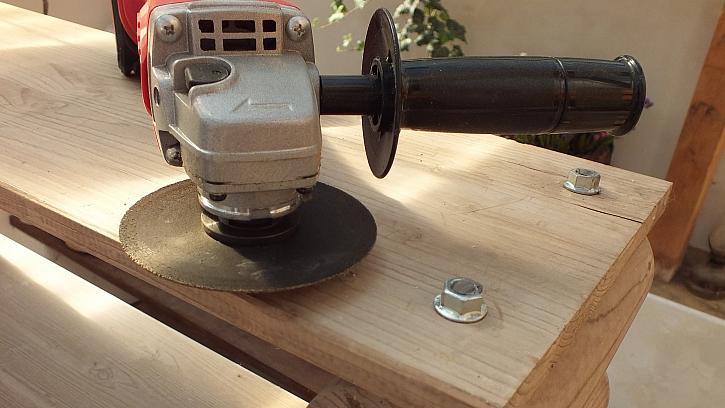 Jak vyrobit knihovnu z kulatiny: závitové tyče nad poslední spárovkou odřízneme