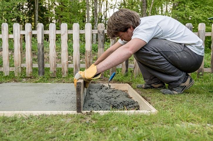 Rovnání betonového základu pro nový plot
