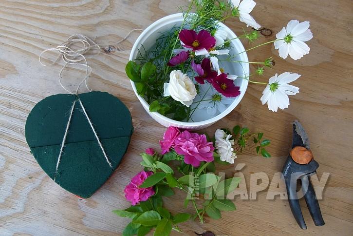 Květinové srdce z krabičky od bonboniéry: uvažte provázek