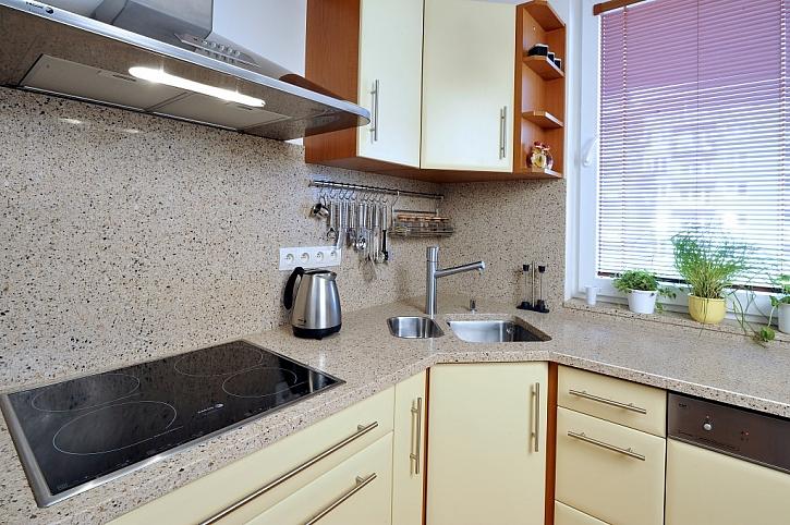 Vyberte si kuchyňskou desku s nejdelší životností. Vlastnosti jednotlivých materiálů se značně liší