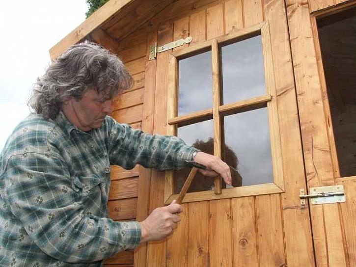 Zasklení oken a zhotovení schůdku