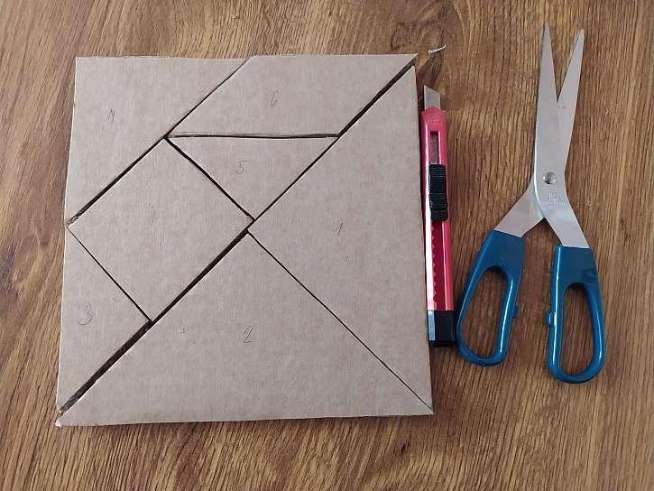 Tangram čtverec, který je již rozdělený na jednotlivé díly