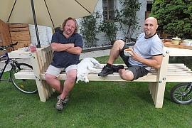 Vyrobte si originální zahradní lavici s odkládacími stolky