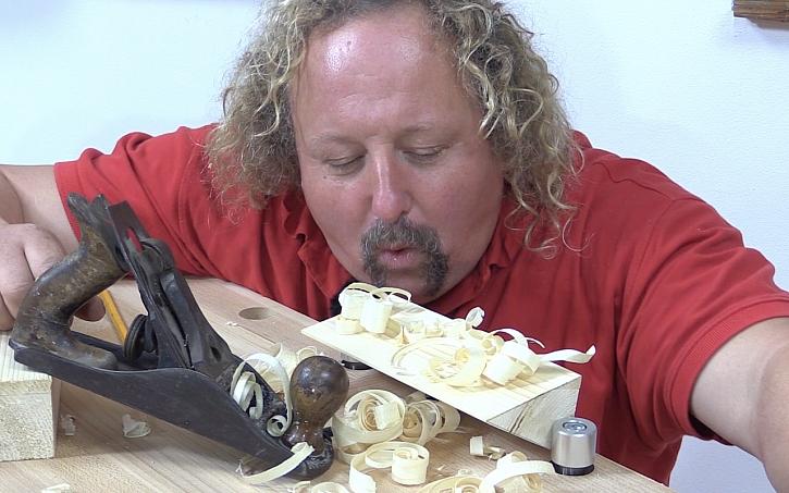 Pavel Kutil Zeman vyrábí cenu Effie: když se dřevem, tak s hoblíkem.