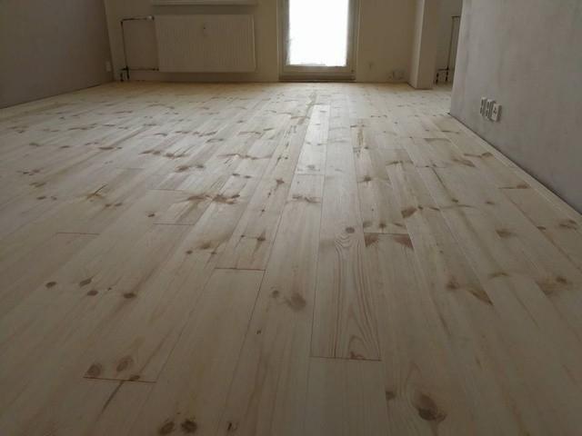 Borovicová podlaha Feel Wood v panelovém bytě