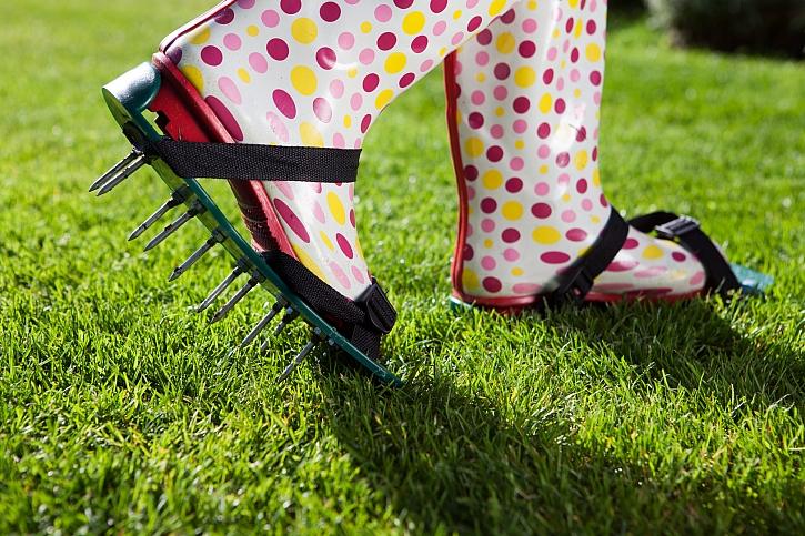 Provzdušnění trávníku