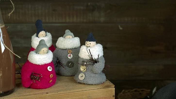 Výroba zimních sněhuláčků z lichých rukavic