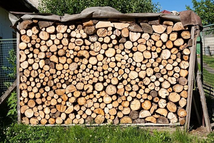 I takový jednoduchý přístřešek je vhodnější než nechat dřevo volně na hromadě