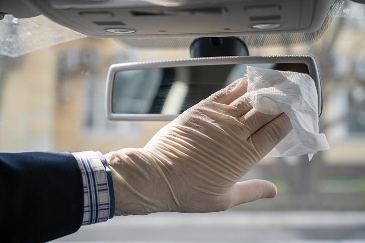 čištění zpětného zrcátka auta