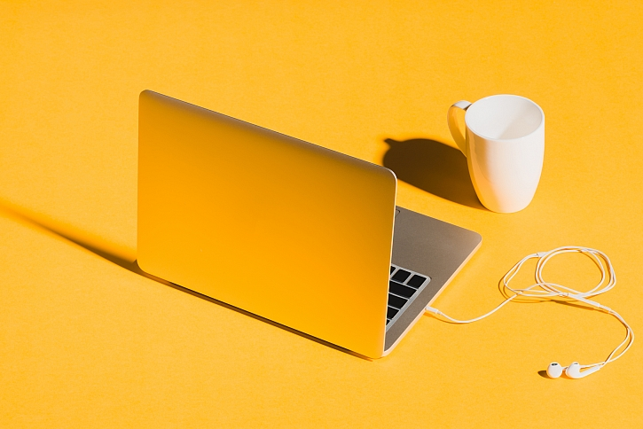Buďte trendy s odstíny žluté a šedé – oficiálními barvami roku 2021 (Zdroj: Depositphotos)