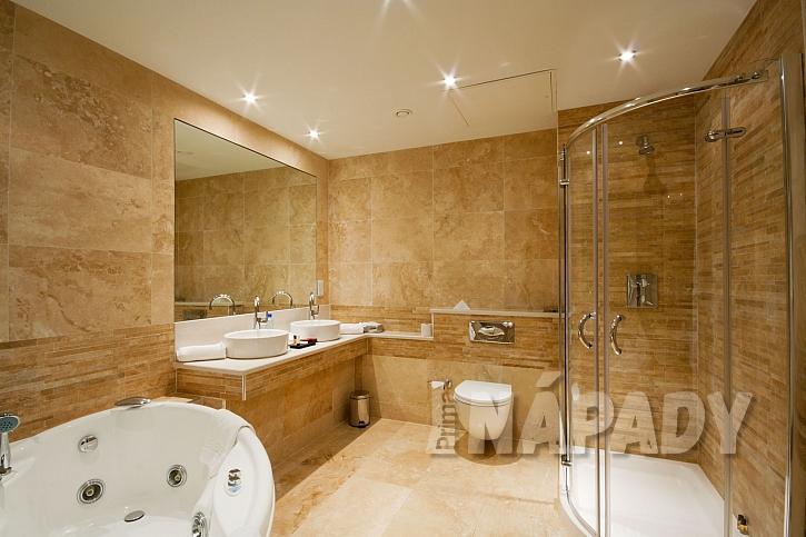 Interiér moderní koupelny s mramorovými obklady