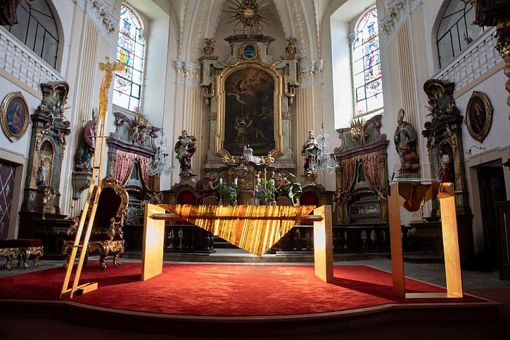 Nový oltář ve Šluknově je na místě