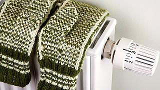 12 tipů, jak v zimě ušetřit za teplo aneb Oblečení na topení nepatří
