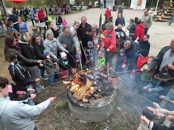 Na čarodějnické buřtíky je lépe připravit zvlášť malý oheň, aby se děti nepopálily