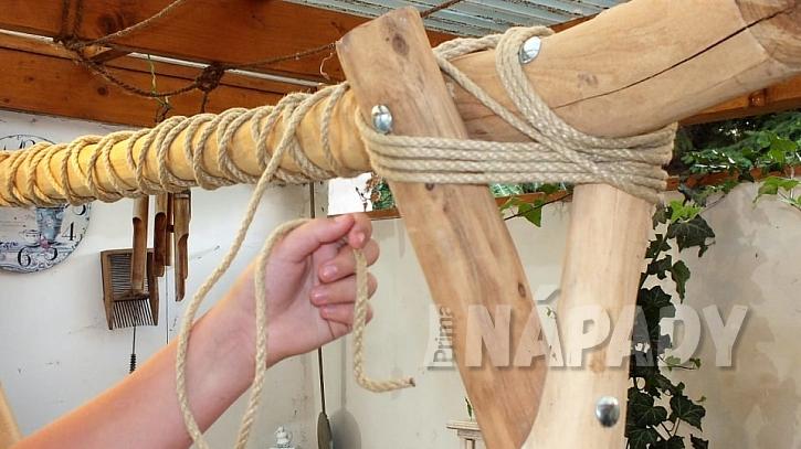 Jak vyrobit stojan na šaty z větví: tyč na ramínka omotáme provázkem