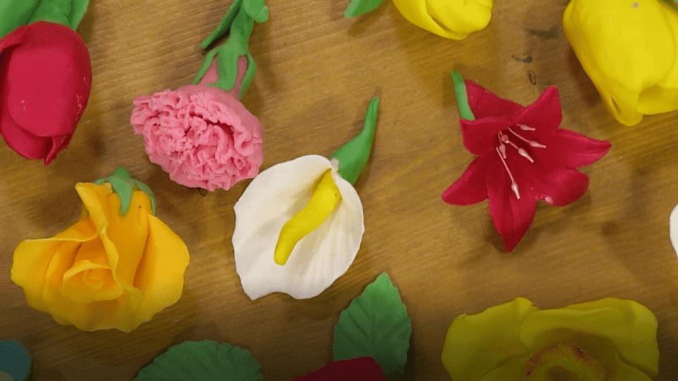 Jedlé květy z čokohmoty: Jak vytvořit ty nejkrásnější jedlé dekorace