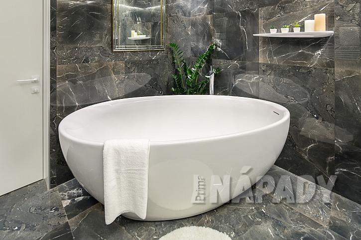Asymetrická vana v luxusní koupelně