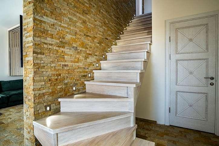 Malé bodovky ve stěně schodiště zvýrazňují