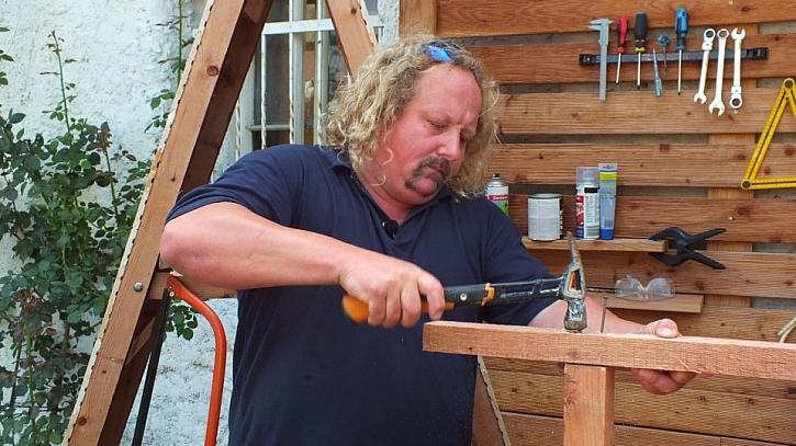 Jak vyrobit přístřešek na dřevo: příčky žebříku přitlučeme k bokům