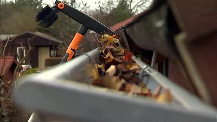 Návod, jak snadno vyčistit okapy ze země