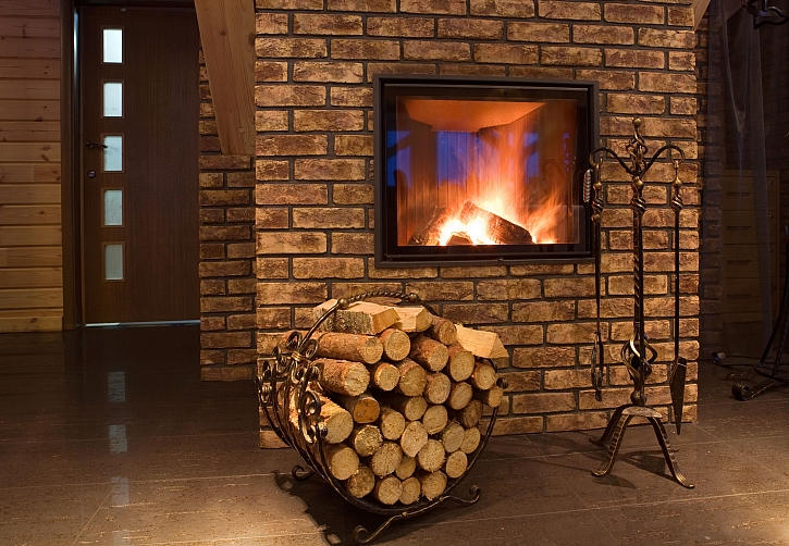 Designový stojan na dřevo ke krbu by měl být nejen dekorativní, ale také účelový (Zdroj: Depositphotos)