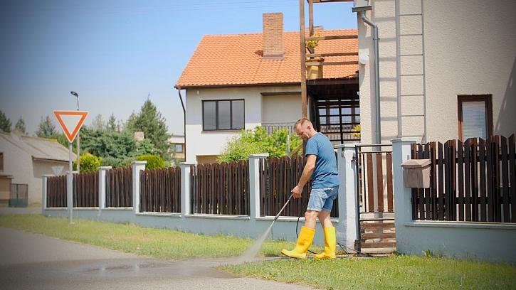Minutový manžel tentokrát vyčistí zámkovou dlažbu