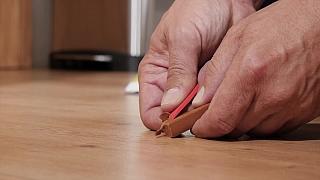 Oprava rýhy v laminátové podlaze