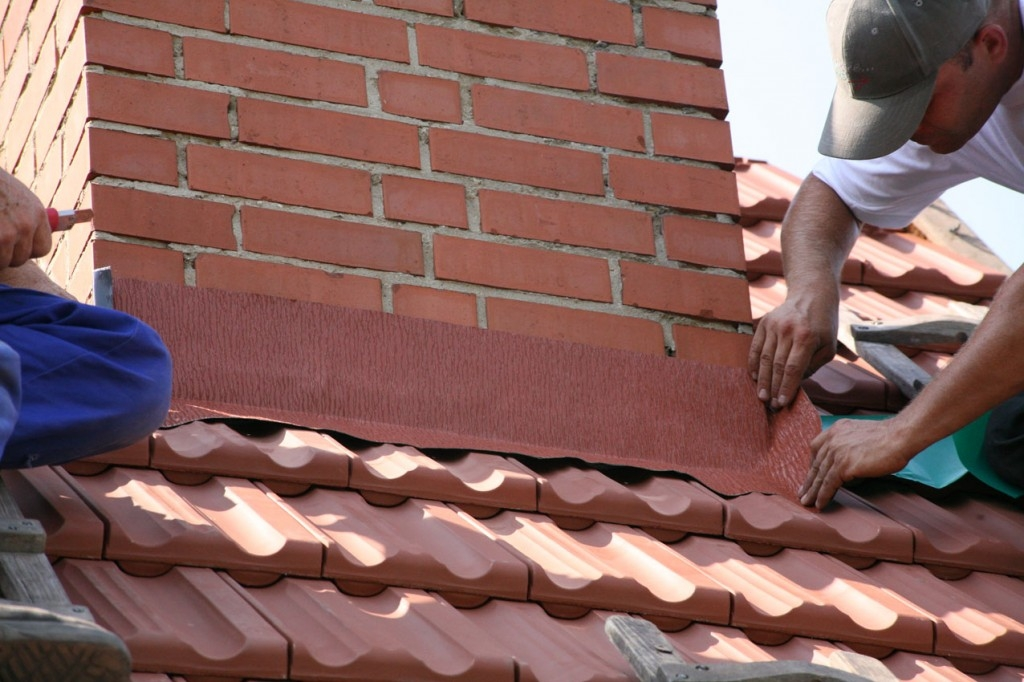 S hliníkovým těsnicím pásem si kutilové střechu oplechují i sami