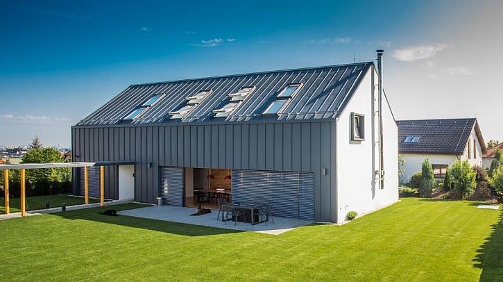 Rodinný dům v Jesenici využívá střešní krytinu i na fasádě - díky tomu je kompaktní, stylový a elegantní