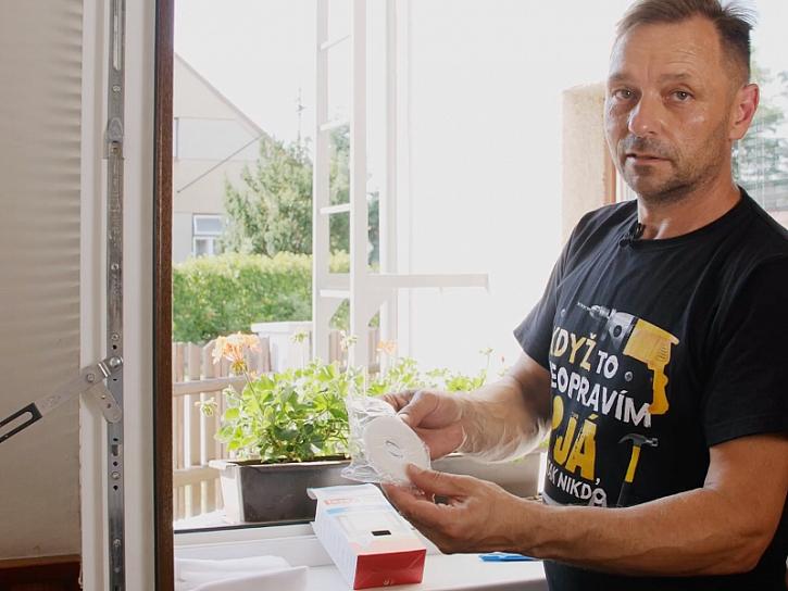 Minutový manžel instaluje síť do oken proti hmyzu.