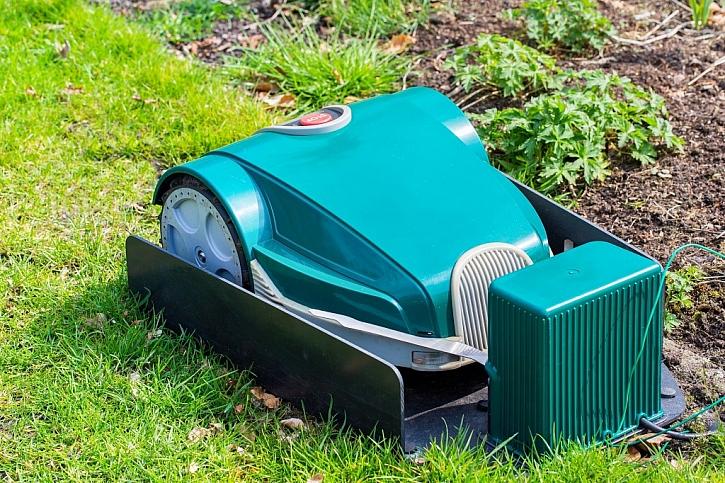 Moderním zahradním strojem pro údržbu trávníku je zahradní robot. Stačí jen nastavit a pracuje sám