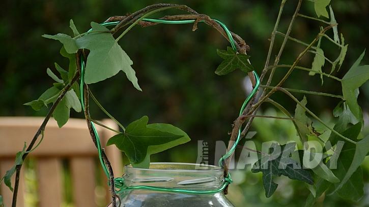 Jak udělat romantickou lucernu: hrdlo omotejte břečťanovým drátem