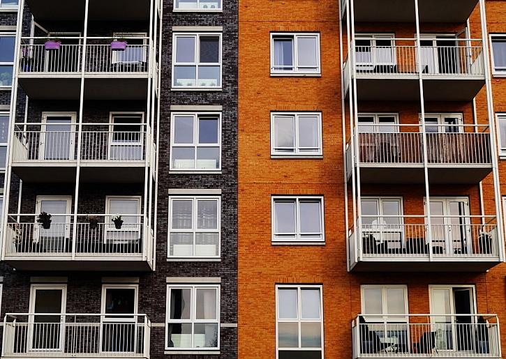 Až na výjimky vypadají lodžie a balkóny bytových domů a paneláků obvykle jednotně