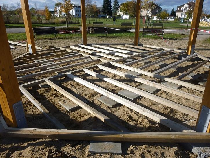 Altán s dřevěnou podlahou a pohodlnými lavičkami