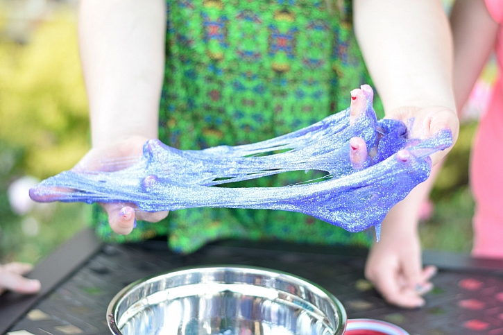 Výrobu domácího slizu zvládnou šikovné děti samy (Zdroj: Kores)