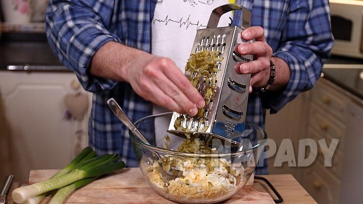 Škvarková pomazánka: ke škvarkům nastrouháme okurky a vejce