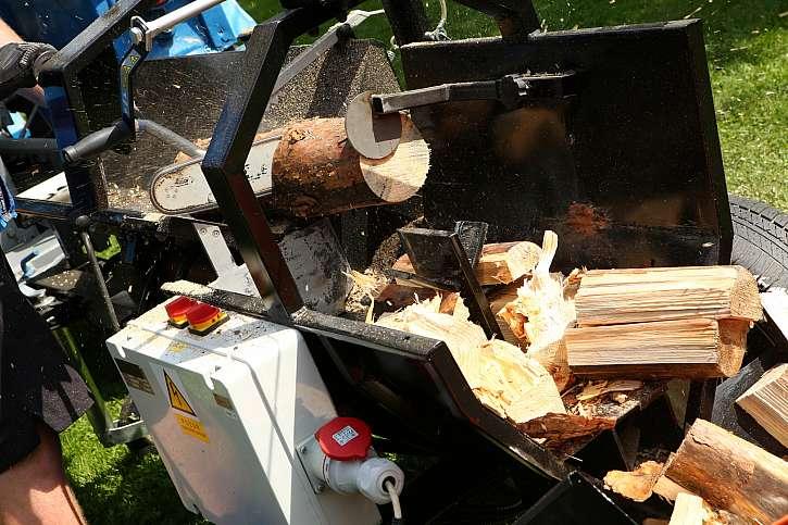 Detail zpracování dřeva na vychytaném stroji 3 v 1